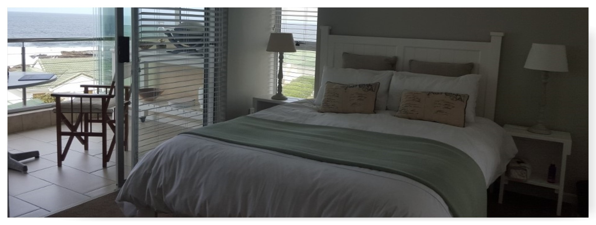 En suite double bedroom with view of the ocean</strong>
